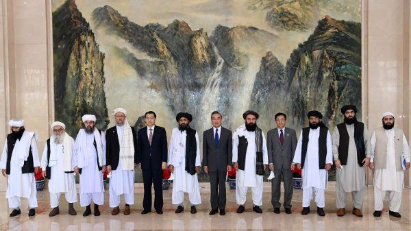 Le ministre chinois des Affaires étrangères Wang Yi (au centre) reçoit la délégation des talibans menée par le mollah Abdul Ghani Baradar (à gauche de Wang Yi), le 2! juillet 2021 à Tianjin.