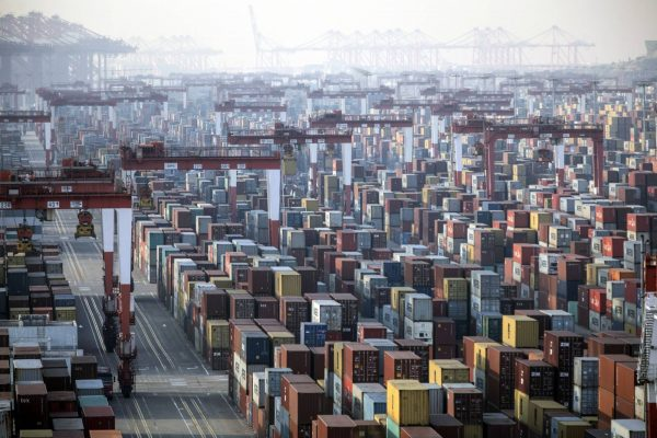 Marée de conteneurs sur les docks du port en eau profonde de Yangshan à Shanghai, le 11 janvier 2021. (Source : Japan Times)
