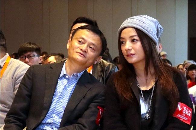 Jack Ma, fondateur d'Alibaba, et l'actrice Zhao Wei. (Source : Worldjournal)