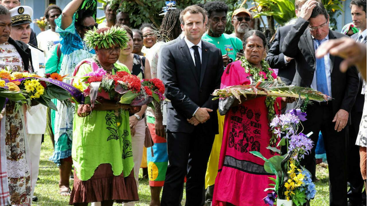 Le président français Emmanuel Macron lors d'une cérémonie commémorative de la mort de 19 indépendantistes kanaks, tués durant la crise des otages en 1988, à Wadrilla, sur l'île d'Ouvéa dans l'archipel des Îles Loyautés en Nouvelle-Calédonie, le 5 mai 2018. (Source : F24)
