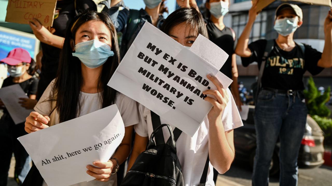"""""""Mon ex est mauvais mais l'armée birmane est pire"""". Des manifestantes marchent contre le coup d'État militaire du 1er février en Birmanie, le 17 février 2021. (Source : Deccan Herald)"""