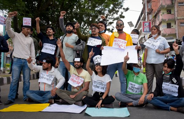 Des militants du Parti communiste du Népal manifestent contre l'accord avec le MCC signé avec le gouvernement américain pour une aide de 500 millions de dollars, à Katmandou, le 3 juin 2020. (Source : Himalayan Times)