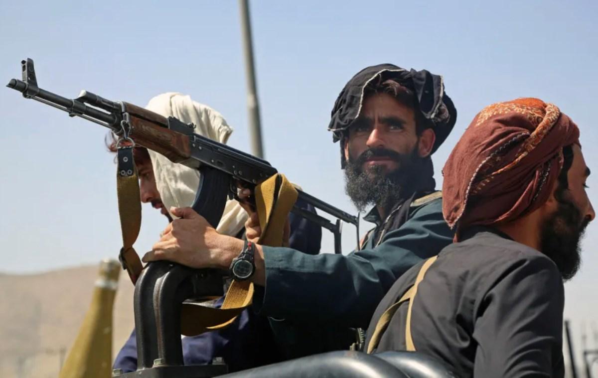 Des combattants talibans tiennent la garde dans un véhicule le long d'une rue à Kaboul, le 16 août 2021. (Source : Asia Times)