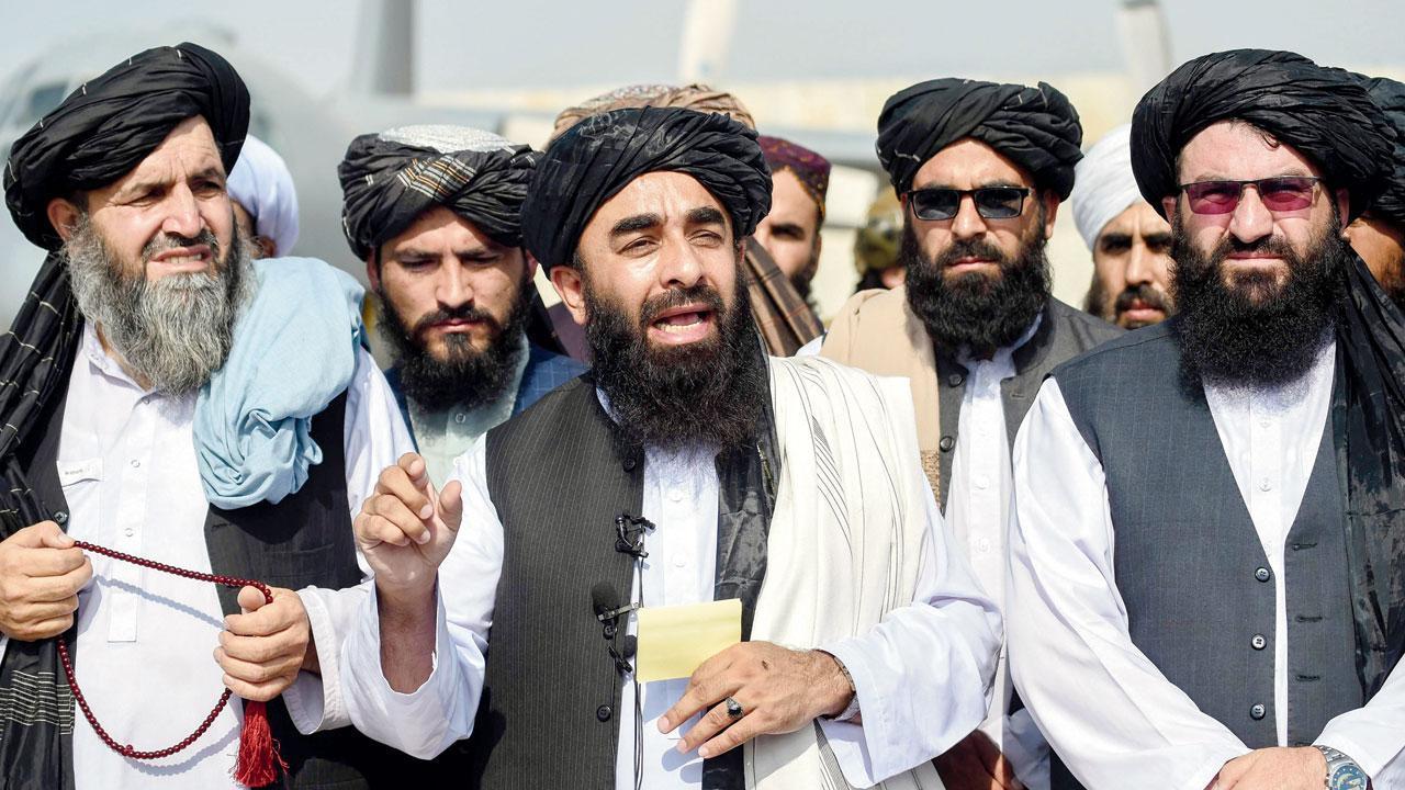Le porte-parole des Taliban Zabihullah Mujahid (au centre) lors d'une conférence de presse à l'aéroport le 3 septembre 2021. (Source : Mid Day)
