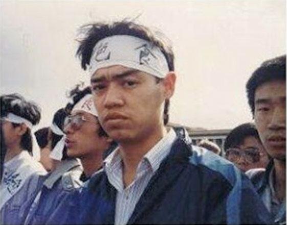 Wu'er Kaixi, avec les étudiants en la grève de la faim sur la place Tiananmen, le 13 mai 1989. (Source : RFA)