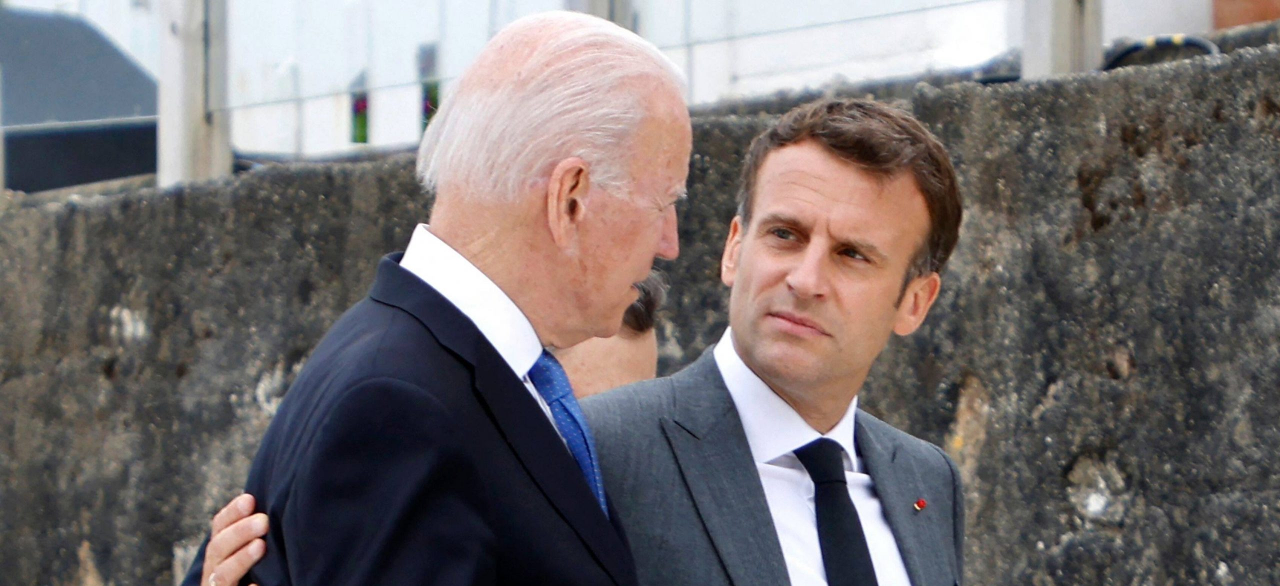 Le président américain Joe Biden et son homologue français Emmanuel Macron, lors du sommet du G7 au Royaume-Uni, le 1é juin à Carbis Bay dans les Cornouailles. (Source : Libre Belgique)