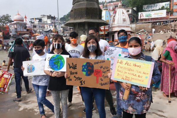 """Manifestation de jeunes militants pour le climat en Inde à l'occasion de """"Fridays for future"""", le 1er octobre 2021. (Source : Eco-business)"""
