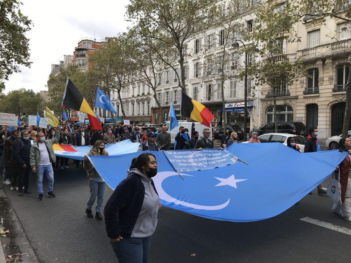 """La """"marche contre le génocide ouïghour"""" a rassemblé des délégations d'associations venues de Belgique, des Pays-Bas, d'Allemagne et de Norvège, le 2 octobre 2021 à Paris. (Crédit : Baptiste Fallevoz)"""