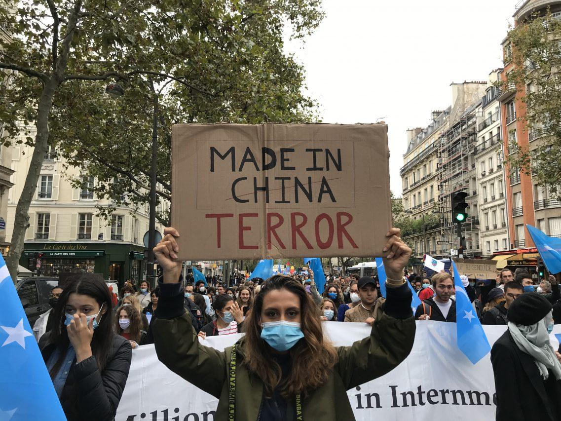 """La """"marche contre le génocide ouïghour"""" a rassemblé près de 2 000 personnes, selon les organisateurs, le 2 octobre 2021 à Paris. (Crédit : Baptiste Fallevoz)"""