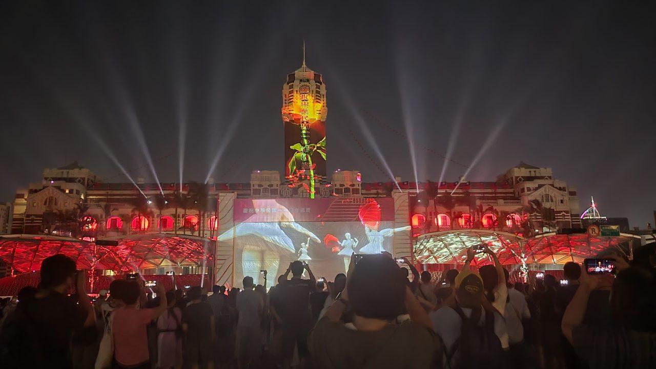 Chaque soir de la semaine précédant la fête nationale, le palais présidentiel offrait un spectacle de lumière, pour promouvoir la diversité de l'île et la résilience des habitants face à l'épidémie de Covid-19. (Copyright : Alice Hérait)