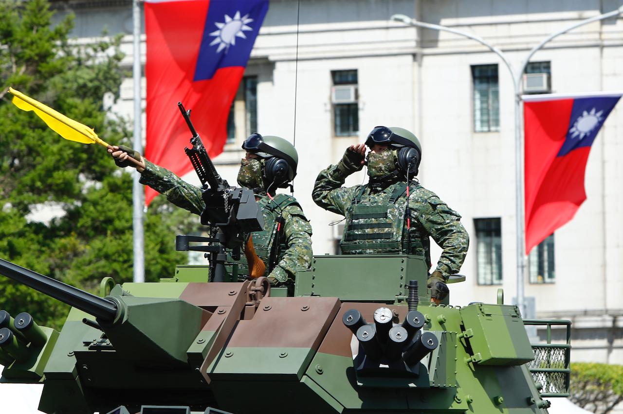 Des officiers de l'armée taïwanaise sur des véhicules blindés lors de la célébration de la fête naitonale, le 10 octobre 2021. (Copyright : Daniel Ceng)