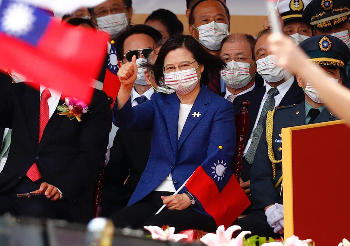 Tsai Ing-wen fait signe aux soldats, sportifs et travailleurs gouvernementaux qui contribuent au maintien du pays lors du défilé de la fête nationale, le 10 octobre 2021 à Taipei. (Copyright : Daniel Ceng)