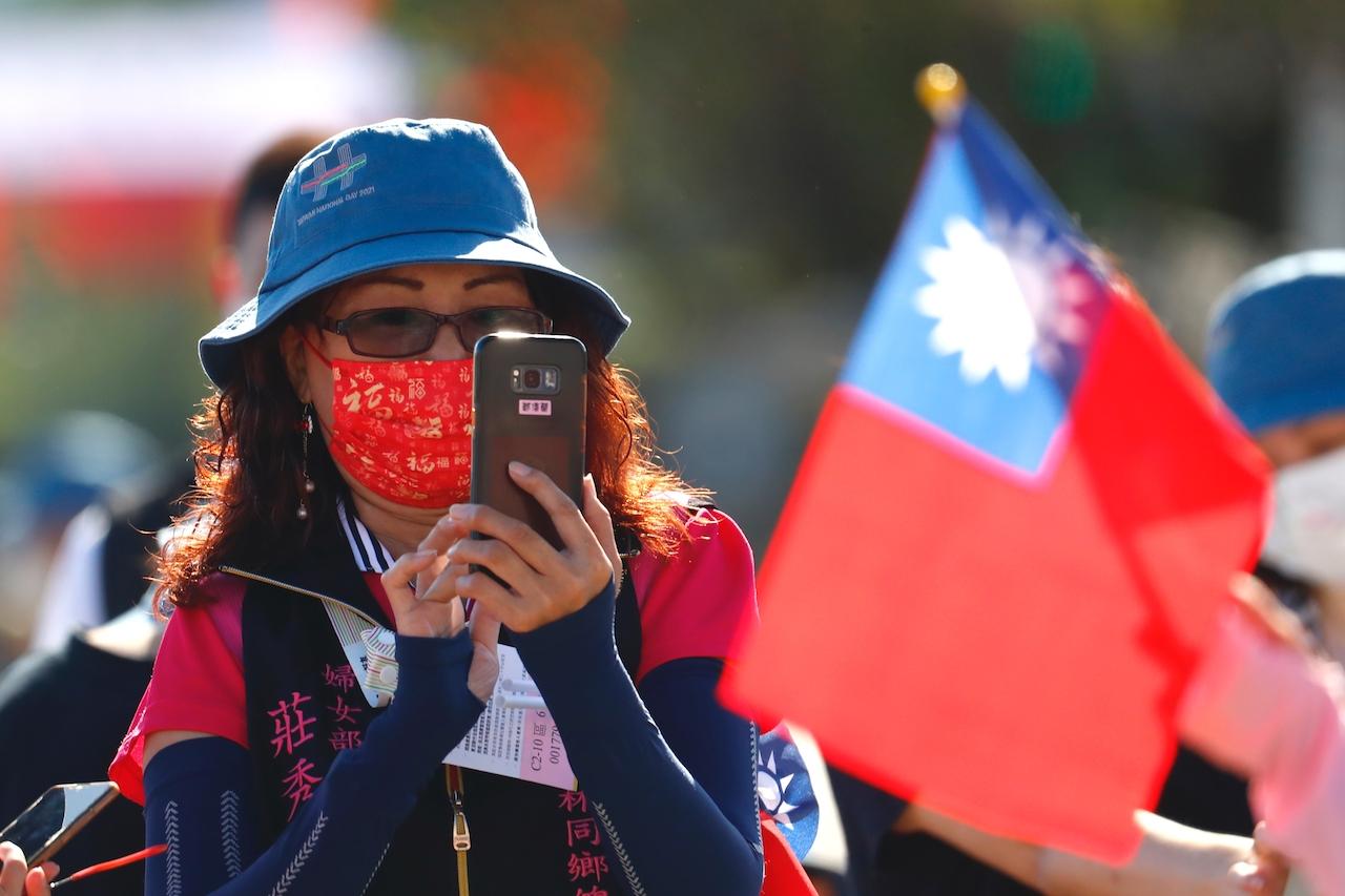 Mesure sanitaires oblige, la foule n'était pas admise le jour de la fête nationale, le 10 octobre 2021 autour du palais présidentiel à Taipei, barricadé à près de 500 mètres à la ronde. Sur invitation, quelques personnes ont été autorisées à assister à la cérémonie à des places bien définies. (Copyright : Daniel Ceng)