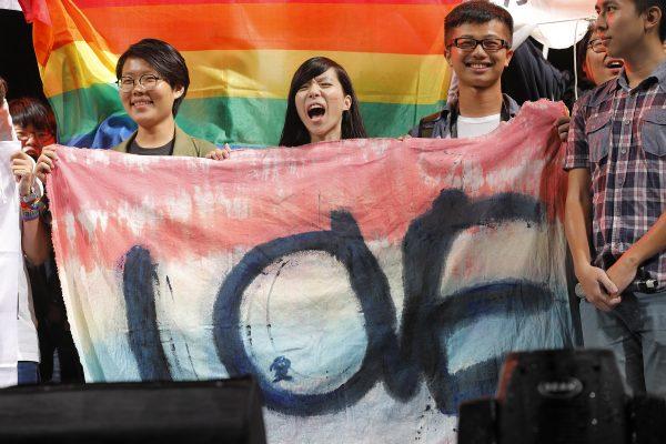 Le 10 décembre 2016, une large foule est rassemblée face au Palais présidentiel à Taïpei pour soutenir la loi ouvrant le mariage aux couples de personnes de même sexe. (Crédit : CITIZENSIDE / Daniel M. Shih / Citizenside / AFP.)